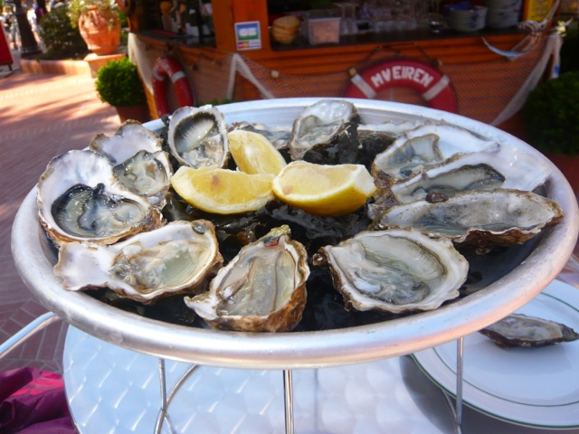 Les Perles de Monte-Carlo oysters on an iced platter